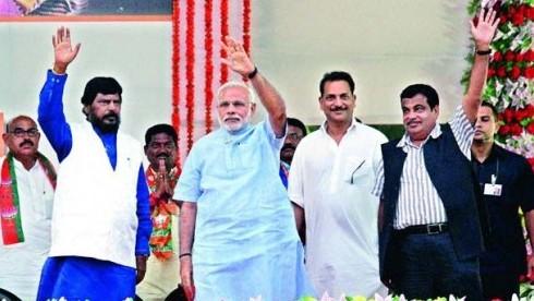 रामदास अठावले खुलकर नाराज़गी तो व्यक्त नहीं करते लेकिन यह बताने से भी नहीं चूकते कि महाराष्ट्र विधानसभा चुनाव के दौरान, भाजपा ने उन्हें केंद्र में काबीना मंत्री बनाने का लिखित समझौता किया था.