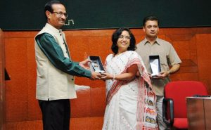 Sanjay Kumar presents first Phule Ratna awards to Susma Yadav, Kasyap_2014-06-27