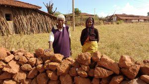 झारखंड के नेतरहाट क्षेत्र के विशुनपुर प्रखंड के एक गांव में अपने खेतों में काम करते असुर जनजाति के बुर्जुग दंपत्ति