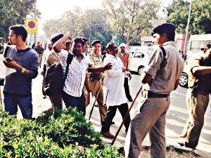पिछले 12 मार्चको जंतर मंतर, नई दिल्ली पर बहुजन विरोधी शिक्षा बजट के खिलाफ जन जुटान हुआ। मानव संसाधन विकास मंत्री स्मृति इरानी से मिलने का प्रयास करते हुए सामाजिक कार्यकर्ता बीना पल्लिकल (उपर से बांए), अभय खाखा एन. पॉल. दिवाकर (नीचे से दाएं) की गिरफ्तारी की गई